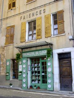 F/Provence/Riez: Fayence-Geschäft bei der Pfarrkirche.