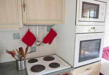 F_Saint-Paul-de-Fenouillet_Kitchen_Oven_Microwave_credits_Hilke Maunder