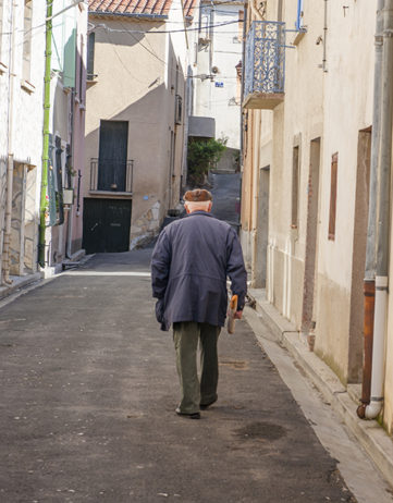 F_St-Paul-de-Fenouillet_Gite_old town_man_baguette_© Hilke Maunder.