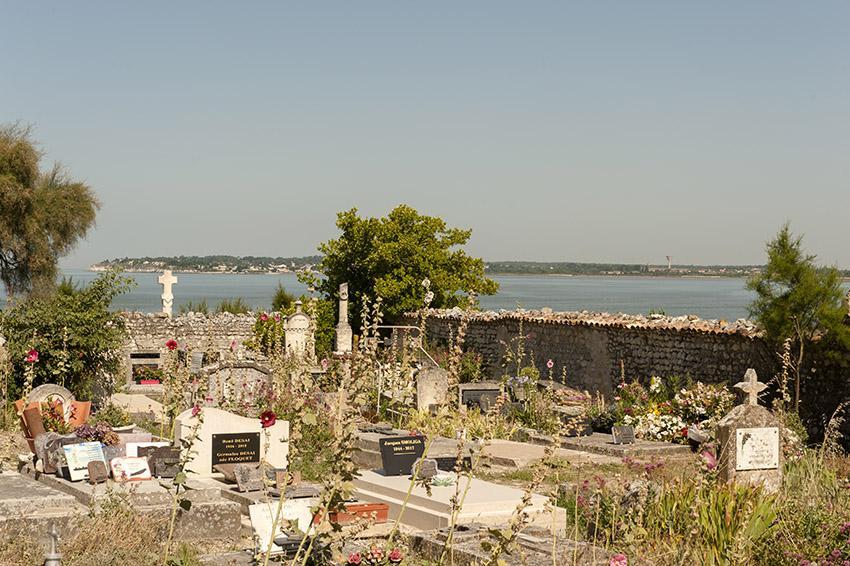 Der Dorffriedhof zwischen Mündung und Kirche. Foto: Hilke Maunder