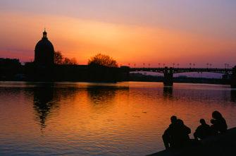 Sonnenuntergang an der Garonne; dôme de la Chapelle Saint-Joseph de la Grave