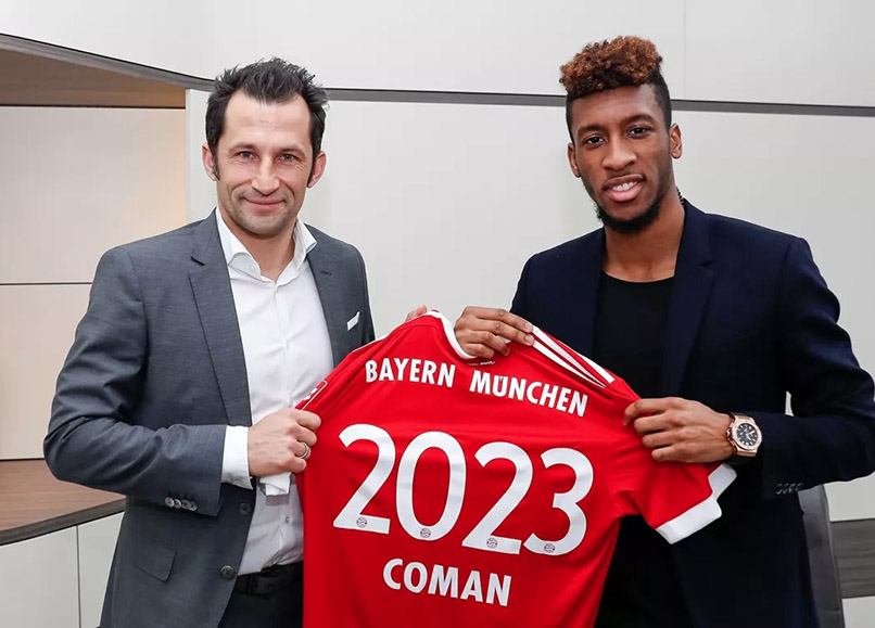 Kingsley Coman mit dem Bayern-München-Sportdirektor. Foto: Pressebild FC Bayern München