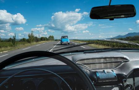 Opel Kapitän, Blick auf die Route Nationale 7 mit Citroen 2 CV